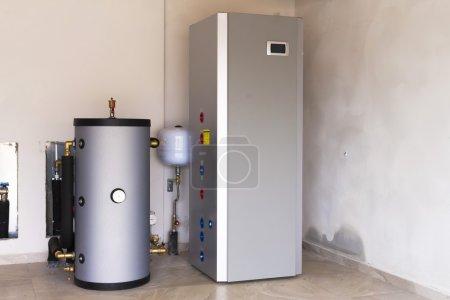 Photo pour Pompe à chaleur air - eau dans la salle des chaudières - image libre de droit