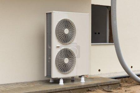 Photo pour Pompe à chaleur air - eau pour chauffer une maison d'habitation - image libre de droit