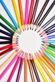 Sada realistické barevné barevné tužky nebo pastelky v kruhu