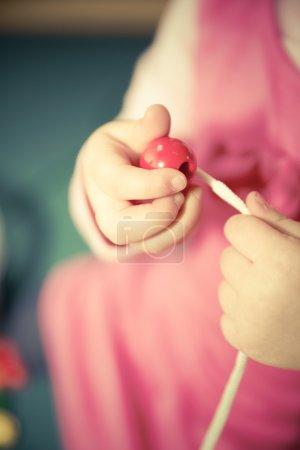 Photo pour Kid pratice motricité fine - image libre de droit