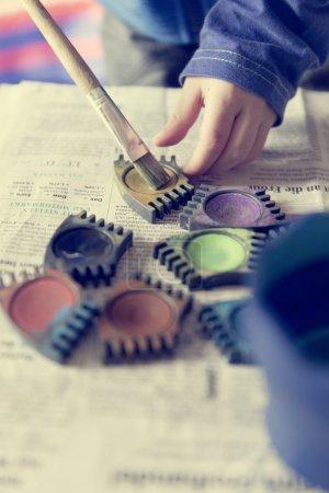 Photo pour Enfant de peinture avec des couleurs à playschool - image libre de droit