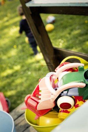 Photo pour Enfants jouer à la Cour de récréation - image libre de droit