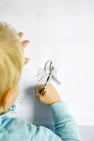 Photo pour Enfant tracez avec un crayon de couleur - image libre de droit