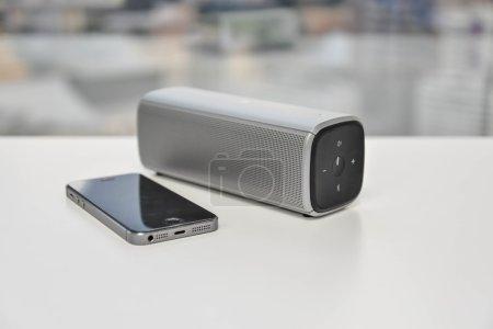 Photo pour Haut-parleur Bluetooth connecté avec téléphone portable - image libre de droit