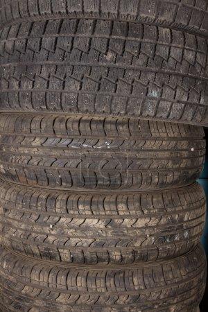 Foto de Neumáticos de verano no son adecuados para uso en invierno. Neumáticos de verano se almacenarán hasta la primavera. - Imagen libre de derechos