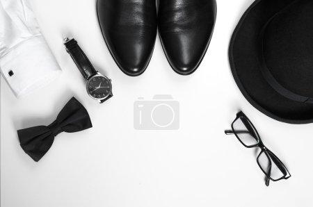 Accessoires homme chaussures, montres, lunettes, noeud papillon, chemise à manches et chapeau