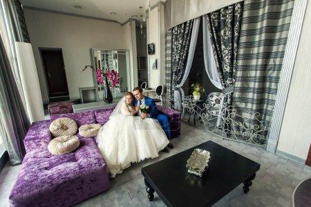 Photo pour Mariage des mariés dans un intérieur de luxe - image libre de droit