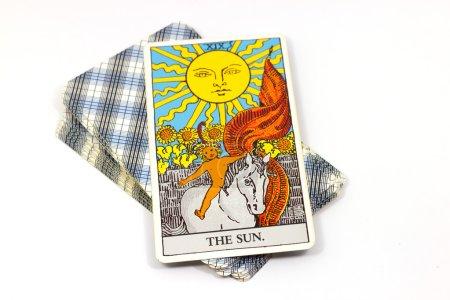 Photo pour La carte du soleil, des cartes de Tarot sur fond blanc. Carte de tarot Rider waite - image libre de droit