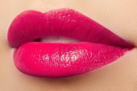 Photo pour Maquillage des lèvres rose sexy. Gros plan de belles lèvres pleines . - image libre de droit