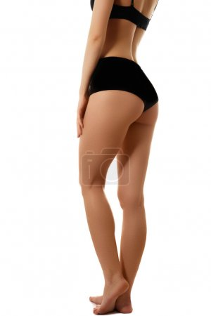 Photo pour Beau corps de la femme mince. Partie de beauté du corps féminin. Forme de femme avec une peau propre. Mode de vie sain, l'alimentation et remise en forme. Jambes, fesses et taille parfaite - image libre de droit