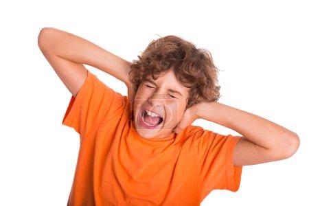 Photo pour Jeune enfant est frustré par le bruit autour de lui - image libre de droit