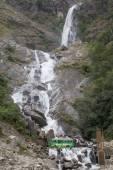 Autobus přes vodopád proudu v Nepálu