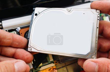 Photo pour Vérification, installation et service de hdd dans l'ordinateur portable (PC, ordinateur). Garantie service professionnel - image libre de droit