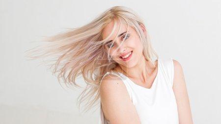 Photo pour Hipster rire et s'amuser. Femme aux cheveux teints volants. Studio photo sur fond blanc . - image libre de droit