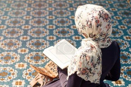Photo pour Femme priant dans la mosquée - image libre de droit