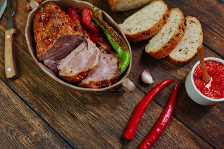 Photo pour Sur la table est une plaque en aluminium avec du porc haché, légumes cuisent pour la garniture, couper un certain nombre de pain frais - image libre de droit