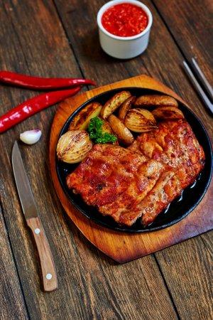 Photo pour Juteuse délicieuse viande cuite sur le grill avec légumes orné de verdure - image libre de droit