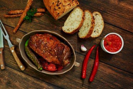 Photo pour Cook connu steakhouse, filet de porc cuit au four avec ail et épices, servi avec des légumes frits sur le gril - image libre de droit