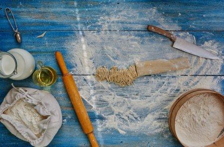 Photo pour Sur une table de cuisine vintage, le cuisinier vient de hacher des pâtes cuites - image libre de droit