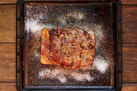 Photo pour Juteux délicieux morceau de porc dans la poêle se refroidit, il est servi froid comme une sauce à steak émincé peut être différente, servi avec légumes grillés servis - image libre de droit