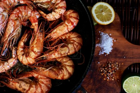 There are shrimps in a cast iron skillet