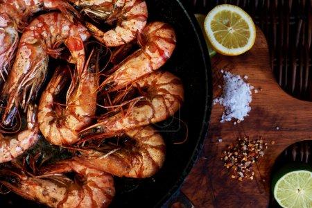 Photo pour Crevettes frit et servi avec de la bière froide comme un casse-croûte, situé près de la chaux et le citron, pour ceux qui veulent pimenter leur - image libre de droit