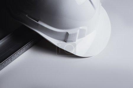 Photo pour Niveau et construction en plastique Casque - image libre de droit