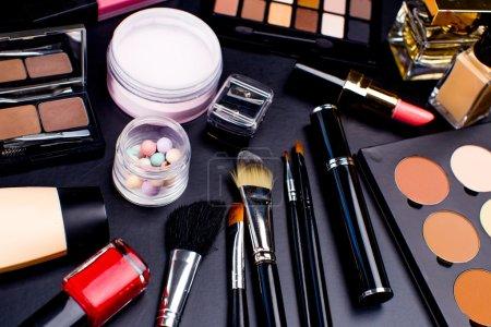 Photo pour Ensemble de cosmétiques sur fond sombre, gros plan - image libre de droit