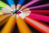 Barevné tužky v uspořádat v barevném kole. Sortiment barevných tužek