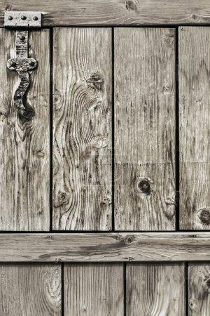 Photo pour Photo d'une vieille porte rustique en bois de pin endommagée, avec charnières en fer forgé, détail . - image libre de droit