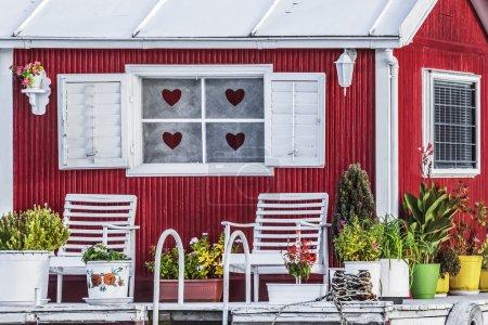 Photo pour La photographie représente le détail d'une vieille hutte de radeau en bois peinte à la main, peinte en blanc-rouge, placée parmi beaucoup, côte à côte, le long des rives de la rivière Sava, Belgrade - République de Serbie. - image libre de droit