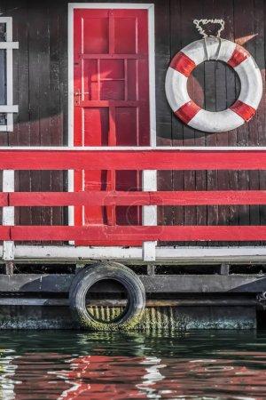 Photo pour La photographie représente le détail d'une vieille hutte de radeau en bois peinte à la main, peinte en rouge, placée parmi beaucoup, côte à côte, le long des rives de la rivière Sava, Belgrade - République de Serbie. - image libre de droit