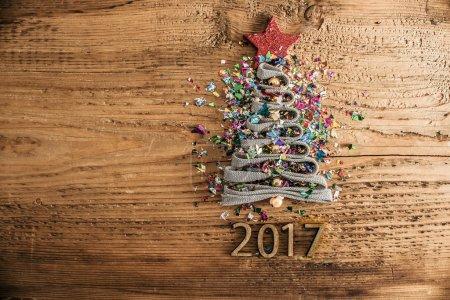 Photo pour Soupir symbole Arbre de Noël de beaucoup de confettis colorés, dentelle et étoile rouge jouet sur vieux style rétro vintage texture en bois fond Espace de copie vide pour l'inscription Idée de joyeuse nouvelle année 2017 vacances - image libre de droit