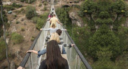 Photo pour Groupe de personnes se suivent sur le pont près d'Erevan, Arménie - image libre de droit