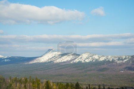 Photo pour Nature sauvage Paysage d'été dans les montagnes avec neige, avec forêts de sapins Ciel bleu avec nuages au-dessus de grandes collines - image libre de droit