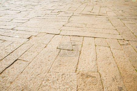 Photo pour Trottoir en pierres en perspective - image libre de droit
