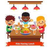 Kinder mit Abendessen im Kindergarten von zu Hause