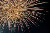 Feine Linien von Funken und Sterne aus Feuerwerk