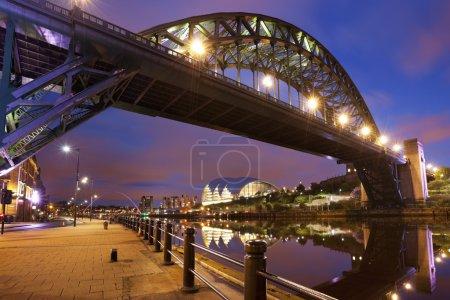 Photo pour La Tyne Bridge au-dessus de la rivière Tyne à Newcastle, en Angleterre, dans la nuit. - image libre de droit