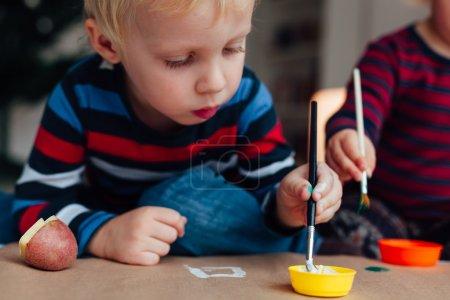 Foto de Taller creativo para niños. Dibujo con pincel y agua. - Imagen libre de derechos