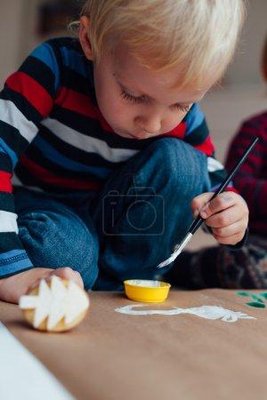 Foto de Niño con cepillo y agua blanca del color - Imagen libre de derechos