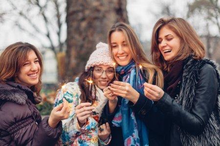 Foto de Adolescentes celebran una sonrisa con destellos - Imagen libre de derechos