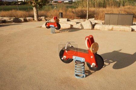 Foto de Motocicletas de juguete balancín en un patio en una noche de verano - Imagen libre de derechos