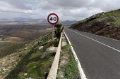 Asfaltová silnice ve vulkanické horské krajiny