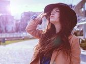 """Постер, картина, фотообои """"Молодая красивая женщина позирует в шляпе"""""""