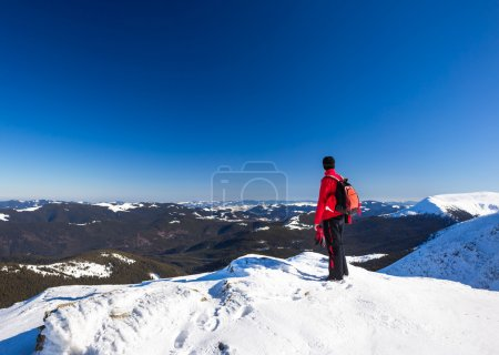Mann entspannt sich in den Bergen