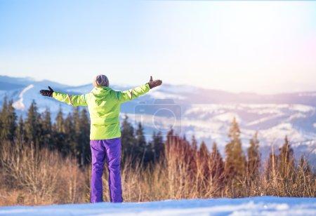 junge glückliche Frau entspannen im Winter