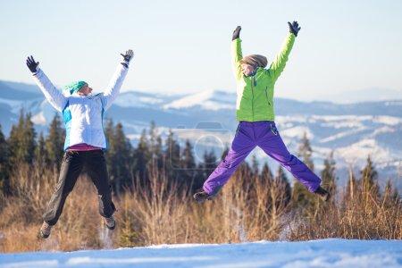 junge glückliche Freunde springen im Winter
