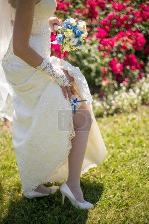 Photo pour Mariée heureuse avec bouquete de mariage posant au printemps jour ensoleillé - image libre de droit