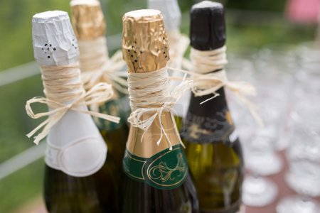 Photo pour Champagne de mariage design à la table Buffet en attente pour les invités - image libre de droit